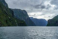 Brant kust i bergen på Milford Sound, fjordland, Nya Zeeland 40 royaltyfria bilder