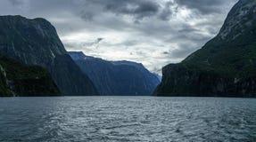 Brant kust i bergen på Milford Sound, fjordland, Nya Zeeland 43 royaltyfria foton