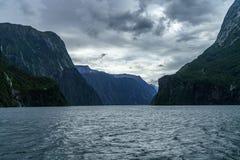 Brant kust i bergen på Milford Sound, fjordland, Nya Zeeland 42 fotografering för bildbyråer