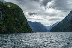 Brant kust i bergen på Milford Sound, fjordland, Nya Zeeland 47 royaltyfria bilder