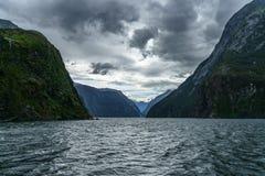 Brant kust i bergen på Milford Sound, fjordland, Nya Zeeland 48 arkivfoton