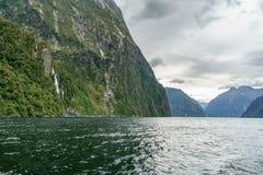 Brant kust i bergen på Milford Sound, fjordland, Nya Zeeland 53 royaltyfri fotografi