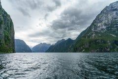 Brant kust i bergen på Milford Sound, fjordland, Nya Zeeland 61 arkivfoto