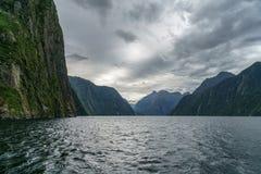 Brant kust i bergen på Milford Sound, fjordland, Nya Zeeland 66 royaltyfria bilder