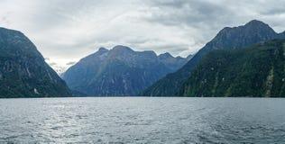 Brant kust i bergen på Milford Sound, fjordland, Nya Zeeland 68 royaltyfri fotografi
