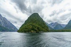 Brant kust i bergen på Milford Sound, fjordland, Nya Zeeland 69 fotografering för bildbyråer