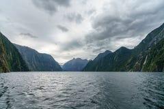 Brant kust i bergen på Milford Sound, fjordland, Nya Zeeland 67 arkivbild