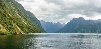 Brant kust i bergen på Milford Sound, fjordland, Nya Zeeland 72 fotografering för bildbyråer