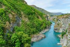 Brant kust i djup kanjon av kawaraufloden, otago, Nya Zeeland 5 royaltyfria bilder