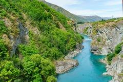 Brant kust i djup kanjon av kawaraufloden, otago, Nya Zeeland 8 royaltyfria bilder