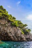 Brant kust- vaggar av Adriatiskt havet, bevuxet med grönt skoglopp runt om Kroatien Europa royaltyfri fotografi