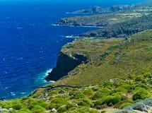 Brant kustlinje i den Patmos ön, Grekland arkivfoto