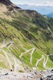 Brant nedstigning av det bergvägStelvio passerandet, i italienska fjällängar, Stelvio Natural Park fotografering för bildbyråer