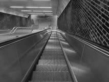 Brant och lång underjordisk rulltrappa arkivbild