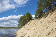 Brant sandig klippa på den Klyazma floden i den Ivanovo regionen royaltyfri bild