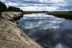 Brant sandig klippa p? den Klyazma floden i den Ivanovo regionen arkivbild