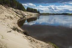 Brant sandig klippa p? den Klyazma floden i den Ivanovo regionen royaltyfri foto