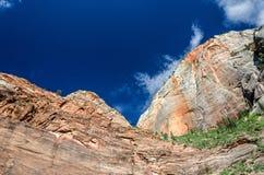 Brant sandstenklippa och himmel arkivbilder