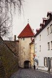 Brant sluttande gränd i den gamla staden av Tallinn Arkivbilder