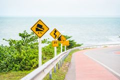 Brant tecken för trafik för lågt kugghjul för kullenedstigningsbruk på vägen i thailändskt royaltyfri bild