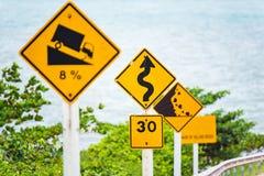 Brant tecken för trafik för lågt kugghjul för kullenedstigningsbruk på vägen i thailändskt arkivfoton