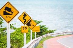 Brant tecken för trafik för lågt kugghjul för kullenedstigningsbruk på vägen i thailändskt royaltyfri fotografi