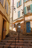 Brant trappa i den gamla staden av Cannes royaltyfri foto