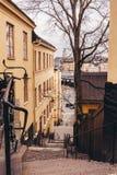 Brant trappa ner till kusten av floden i den gamla delen av Stockholm Sverige arkivbild