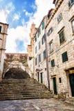 Brant trappa och smal gata i gammal stad av Dubrovnik arkivfoton