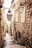 Brant trappa och smal gata i gammal stad av Dubrovnik arkivbild