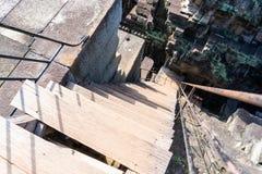 Brant trappuppgång av den Baphuon templet royaltyfri fotografi