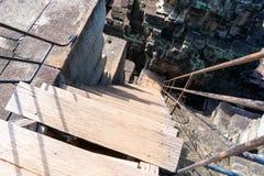 Brant trappuppgång av den Baphuon templet arkivfoton