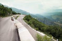Brant vänd på en slingrig väg i bergen royaltyfri bild