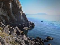 Branta härliga berg och azurt vatten av Blacket Sea av kusten av byn av Novy Svet i Krimet Golitsyn eller F fotografering för bildbyråer