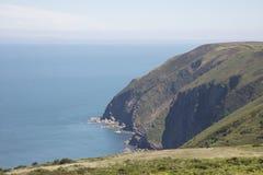 Branta klippor av den norr Devon seglar utmed kusten England Fotografering för Bildbyråer