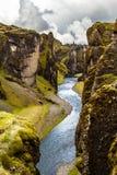 Branta klippor för Fjadrargljufur kanjon och vatten av Fjadra flod, s Fotografering för Bildbyråer