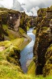 Branta klippor för Fjadrargljufur kanjon och vatten av Fjadra flod, s Royaltyfri Bild