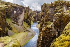 Branta klippor för Fjadrargljufur kanjon och vatten av Fjadra flod, s Arkivfoto