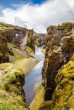 Branta klippor för Fjadrargljufur kanjon och vatten av Fjadra flod, s Arkivbild