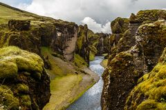 Branta klippor för Fjadrargljufur kanjon och vatten av Fjadra flod, s Royaltyfria Bilder