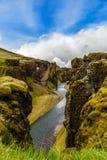 Branta klippor för Fjadrargljufur kanjon och vatten av Fjadra flod, s Royaltyfri Fotografi