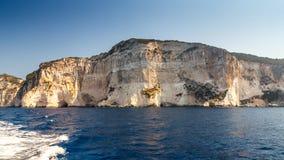 Branta klippor med havsgrottor Royaltyfri Fotografi