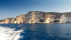 Branta klippor med havsgrottor Arkivfoton