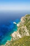 Branta klippor på kusten av den Korfu ön Royaltyfri Bild