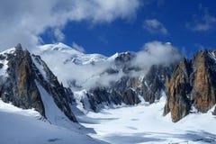 Branta klippor som täckas med insnöat de schweiziska fjällängarna Royaltyfria Foton