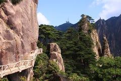 Branta moment för sten Trekking gå fotvandra det Huangshan berget Royaltyfri Bild