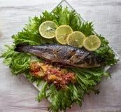 Branzino al forno del pesce con la salsa dell'agrume Immagini Stock