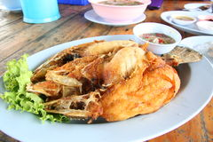 Branzino fritto nel grasso bollente Fotografia Stock