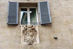 Brasão de famílias nobres na parede em Siena Italy fotos de stock