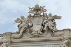 Brasão papal na fachada de Palazzo Poli em Roma Imagem de Stock Royalty Free